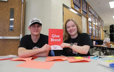 Junior Caelan Bradfield-Woodhead and senior Gabbi Watkins run the blood donation check-in booth outside of Cokely Gym. Photo by Charlene Nguyen.